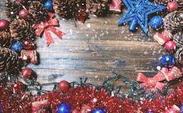 Frohe Weihnacht-Karte Der Junge gelegt auf den Schnee Weihnachtsthema Stockfotos
