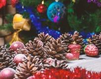 Frohe Weihnacht-Karte Der Junge gelegt auf den Schnee Weihnachtsthema Stockbilder