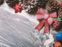 Frohe Weihnacht-Karte Der Junge gelegt auf den Schnee Weihnachtsthema Lizenzfreie Stockfotos