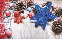 Frohe Weihnacht-Karte Der Junge gelegt auf den Schnee Weihnachtsthema Lizenzfreies Stockbild
