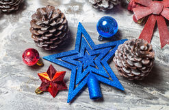 Frohe Weihnacht-Karte Der Junge gelegt auf den Schnee Weihnachtsthema Stockfoto