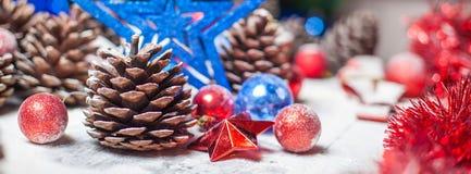 Frohe Weihnacht-Karte Der Junge gelegt auf den Schnee Weihnachtsthema Stockfotografie
