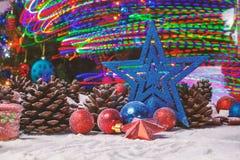 Frohe Weihnacht-Karte Der Junge gelegt auf den Schnee Weihnachtsthema Lizenzfreies Stockfoto