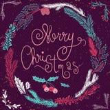 Frohe Weihnacht-Karte Kerze und Glaskugeln mit dem gezierten Zweig Weihnachtskranz mit den Zweigen und den Beeren Lizenzfreie Stockfotos