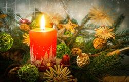 Frohe Weihnacht-Karte mit roter Kerze Stockfotografie