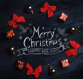 Frohe Weihnacht-Typografie, Weihnachtsverzierung bildete Kreis an lizenzfreie stockfotos