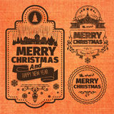 Frohe Weihnacht-und guten Rutsch ins Neue Jahr-Wunsch-einfarbige braune typografische Aufkleber und Ausweise stellten auf Orange  Stockbild