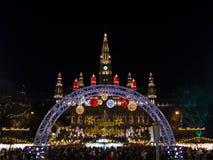 Frohe Weihnachten! Χαρούμενα Χριστούγεννα σε Rathausplatz Στοκ φωτογραφία με δικαίωμα ελεύθερης χρήσης