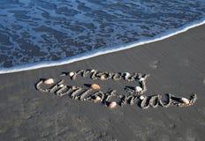 Frohe Weihnachten auf dem sandigen Strand Lizenzfreie Stockfotos