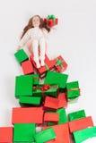 Frohe Weihnachten 2016 Cyber Montag US Mädchen, das Cristmas-Geschenk hält Stockbilder