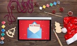 Frohe Weihnachten, empfangen einer E-Mail auf der Tablette Weihnachtsrückseite Stockbild