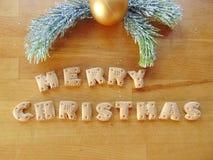Frohe Weihnachten geschrieben mit Plätzchen Lizenzfreies Stockbild