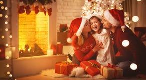 Frohe Weihnachten! glücklicher Familienmuttervater und -kind mit Geschenken stockfotos
