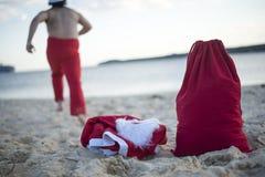 Frohe Weihnachten im Sommer vom tropischen Klima lizenzfreie stockfotografie
