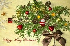 Frohe Weihnachten mit einem Zweig der Zypresse, verziert mit Kiefernkegeln Lizenzfreie Stockfotografie