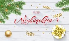 Frohe Weihnachten Niemieccy Wesoło boże narodzenia dekoraci i kaligrafii złota chrzcielnica na białym drewnianym tle dla kartka z Obrazy Stock