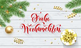 Frohe Weihnachten Niemieccy Wesoło boże narodzenia dekoraci i kaligrafii złota chrzcielnica na białym drewnianym tle dla kartka z Zdjęcie Stock