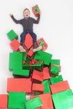 Frohe Weihnachten 2016! Schwarzer Freitag Glücklicher Junge, der Cristmas-Geschenk hält Stockfoto