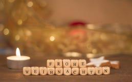 Frohe Weihnachten sześciany przed rozmytym bożego narodzenia tłem Fotografia Stock