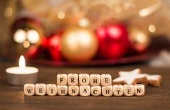 Frohe Weihnachten sześciany przed rozmytym bożego narodzenia tłem Fotografia Royalty Free