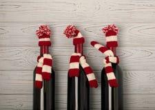 Frohe Weihnachten und ein guten Rutsch ins Neue Jahr! Flaschen Wein in einem knitt lizenzfreie stockbilder
