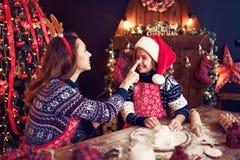 Frohe Weihnachten und frohe Feiertage Mutter und Tochter, die Weihnachtsplätzchen kochen lizenzfreies stockfoto