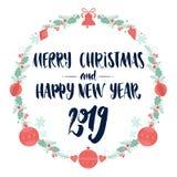 Frohe Weihnachten und guten Rutsch ins Neue Jahr 2019 Dekorativer Farbweihnachtskranzrahmen mit Kalligraphiebeschriftung lizenzfreies stockfoto