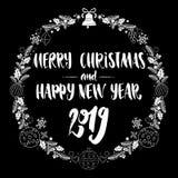 Frohe Weihnachten und guten Rutsch ins Neue Jahr 2019 Dekorativer Weihnachtskranzschwarzweiss-rahmen mit Kalligraphiebeschriftung lizenzfreie stockfotos