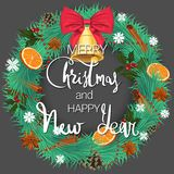 Frohe Weihnachten und guten Rutsch ins Neue Jahr Ein festlicher Kiefernkranz mit Orangen, Zimt und einer schönen Glocke mit einem lizenzfreie abbildung