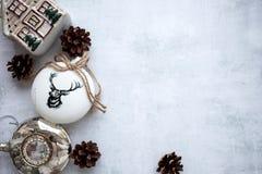 Frohe Weihnachten und guten Rutsch ins Neue Jahr Ein neues Jahr ` s Hintergrund mit Dekorationen des neuen Jahres hellgrauer Hint lizenzfreies stockbild