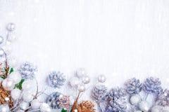 Frohe Weihnachten und guten Rutsch ins Neue Jahr Ein neues Jahr ` s Hintergrund mit Dekorationen des neuen Jahres Neues Jahr ` s  Stockbild