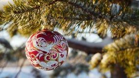 Frohe Weihnachten und guten Rutsch ins Neue Jahr Glasspielzeug auf dem Baum Lizenzfreie Stockbilder