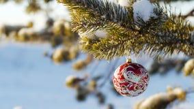 Frohe Weihnachten und guten Rutsch ins Neue Jahr Glasspielzeug auf dem Baum Stockfoto