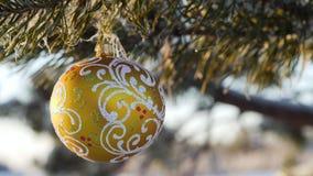 Frohe Weihnachten und guten Rutsch ins Neue Jahr Glasspielzeug auf dem Baum Lizenzfreies Stockbild