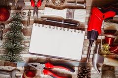 Frohe Weihnachten und guten Rutsch ins Neue Jahr-Handwerker-Workspace-backgroun stockfoto