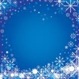 Frohe Weihnachten und guten Rutsch ins Neue Jahr im Winter Der bunte Schnee im Himmel auf blauem Hintergrund Stockfoto