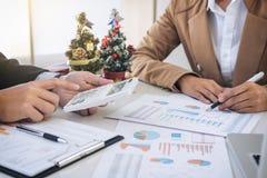 Frohe Weihnachten und guten Rutsch ins Neue Jahr, junges Geschäftsteam sind cele Lizenzfreies Stockfoto