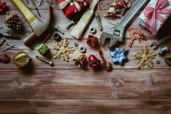 Frohe Weihnachten und guten Rutsch ins Neue Jahr mit handlichem Werkzeughintergrund lizenzfreies stockbild