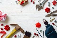 Frohe Weihnachten und guten Rutsch ins Neue Jahr mit handlichem Werkzeughintergrund Stockbild