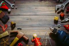 Frohe Weihnachten und guten Rutsch ins Neue Jahr mit handlichem Werkzeughintergrund Lizenzfreie Stockfotografie