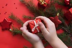 Frohe Weihnachten und guten Rutsch ins Neue Jahr Roter Hintergrund stockfotografie