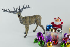 Frohe Weihnachten und guten Rutsch ins Neue Jahr, Santa Claus in der Geschenkbox auf weißem Hintergrund Stockfoto