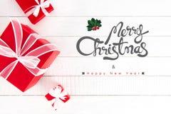 Frohe Weihnachten und guten Rutsch ins Neue Jahr simsen mit Geschenkboxen auf Weiß lizenzfreies stockbild
