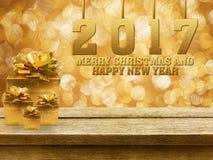 Frohe Weihnachten und guten Rutsch ins Neue Jahr 2017 und Geschenkboxen auf hölzernem Lizenzfreie Stockfotos