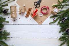 Frohe Weihnachten und guten Rutsch ins Neue Jahr, Verpackengeschenke, handgemacht Stockfoto