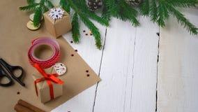 Frohe Weihnachten und guten Rutsch ins Neue Jahr, Verpackengeschenke, handgemacht Stockbild