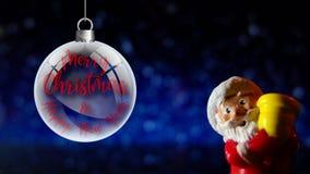 Frohe Weihnachten und guten Rutsch ins Neue Jahr Weihnachtsmanns Schließen Sie oben auf schneiendem Hintergrund stock video footage