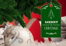 Frohe Weihnachten wünschen mit Weihnachtsbaum im Hintergrund Lizenzfreies Stockfoto