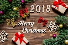 Frohe Weihnachten 2018 Weihnachtsgeschenke und -lametta auf dem hölzernen Hintergrund Lizenzfreie Stockbilder