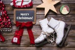 Frohe Weihnachten: Weihnachtsgrußkarte in den roten, weißen Farben auf Holz Stockbild